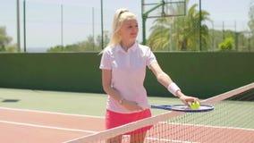 Заботливый привлекательный молодой белокурый теннисист акции видеоматериалы