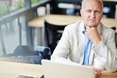 Заботливый старший бизнесмен в кафе стоковые фотографии rf