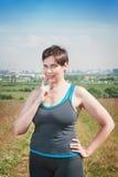 Заботливый фитнес красивый плюс улыбка женщины размера Стоковые Изображения RF