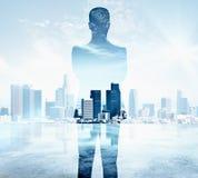 Заботливый человек на голубой предпосылке города Стоковые Изображения RF