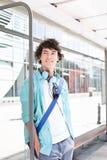 Заботливый человек смотря отсутствующий пока ждущ на автобусной остановке Стоковое Фото