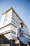 Заботливый человек смотря отсутствующий пока стоящ на улице города Стоковые Изображения