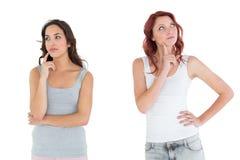 2 заботливых вскользь молодых женских друз Стоковое Изображение RF