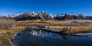 Заболоченное место Zhangde и снег Cuopu гора Стоковая Фотография