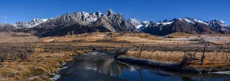 Заболоченное место Zhangde и снег Cuopu гора Стоковое фото RF