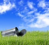 Забытые пустые чонсервные банкы и бутылки в траве Стоковая Фотография RF