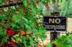 Забытый Не-Trespassing знак стоковые фото