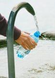 Завалка бутылки воды фонтана Стоковая Фотография RF