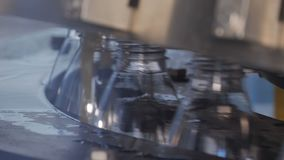 Завалка пластиковых бутылок с продуктами акции видеоматериалы