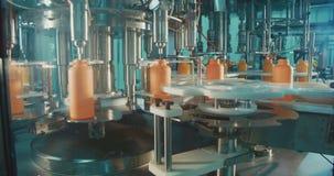 Завалка химических бутылок в производственной линии акции видеоматериалы