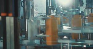 Завалка химических бутылок в производственной линии сток-видео