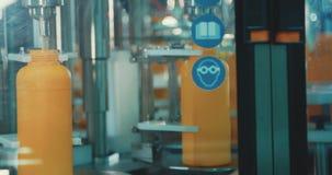 Завалка химических бутылок в производственной линии видеоматериал