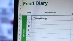 Завалка человека в онлайн дневнике еды писать еды и считая калории, dieting сток-видео