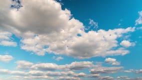 Завальцовка на голубом небе, промежуток времени облаков сток-видео
