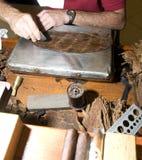 завальцовка Никарагуаа человека руки сигар Стоковые Изображения