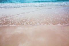 Завальцовка прибоя внутри к тропическому пляжу Стоковое Изображение