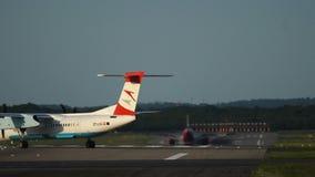 Завальцовка Q400 черточки 8 Бомбардье самолета турбовинтового самолета к взлетно-посадочной дорожке сток-видео