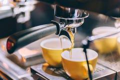 Заваривать профессионала - детали кафе-бара Кофе эспрессо лить от машины эспрессо Barista и детали бармена в кафе Стоковое Изображение