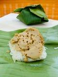 Заварной крем липкого риса тайский на зеленых лист банана Стоковое Изображение RF