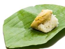 Заварной крем кокоса с липким рисом Положите зеленые листья банана На белой предпосылке с закрепляя частью Стоковое фото RF
