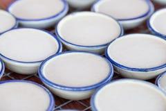 Заварной крем молока кокоса в малой чашке фарфора десерт тайский Стоковые Изображения