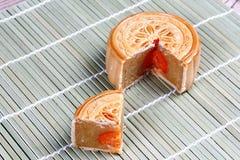 Завалка Mooncake пошевелила яичка дуриана и соли на бамбуке Селективный фокус Стоковая Фотография RF