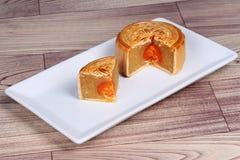 Завалка Mooncake пошевелила яичка дуриана и соли на древесине Стоковое Фото