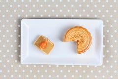 Завалка Mooncake пошевелила яичка дуриана и соли на сером цвете Стоковые Изображения