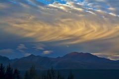 Завальцовка заволакивает над горами перед заходом солнца, национальным парком кашевара держателя Aoraki, Новой Зеландией стоковые фото