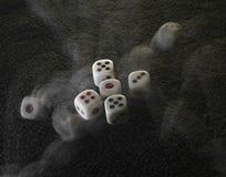 Завальцовка dices на черной предпосылке Стоковые Изображения RF