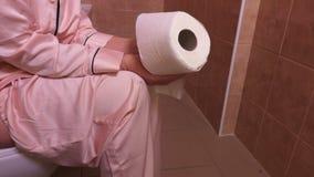 заверните женщину в бумагу туалета сток-видео