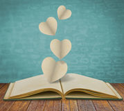Заверните отрезок в бумагу сердца на книге Стоковое фото RF