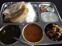 Завершите индийскую еду стоковая фотография