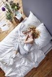 Завивать вверх в кровати Стоковые Изображения RF