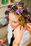 завивая женщина волос Стоковые Изображения