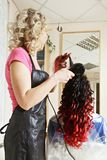 Завивая процесс волос Стоковые Фотографии RF