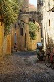 Завивая улица старого города Родоса стоковая фотография