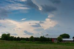 Завихряясь небо рассматривая обрабатываемая земля стоковое фото rf