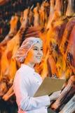 Заводской рабочий продукции сырого мяса Стоковые Изображения