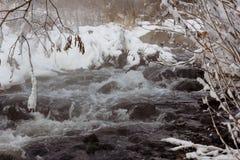 Заводь бежать в зиме которая не замерзает, от потока там пар вокруг снега и льда Стоковое Изображение RF