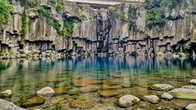 Заводь воды ясности и бирюзы внутри Jeju-делает, Юг-Корея стоковое изображение rf