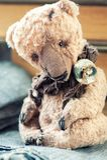 заводь детства цветет бабушка большая ее выбирать памятей Старая винтажная handmade любимая игрушка Стоковые Изображения RF