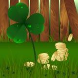 Завод весны fhree-листал клевер с росой и золотые монетки дальше с зеленой травой и деревянной предпосылкой загородки сада ` S St иллюстрация штока