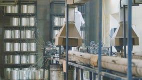 Завод для производить штанги стеклоткани - изготовление составного подкрепления - стеклоткань в вьюрках стоковые фото