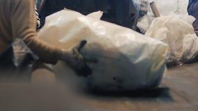 Завод для сортировать отброс, ручной труд, пакостную работу, конвейерную ленту видеоматериал