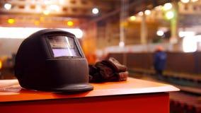 Завод конструкции Люди работая на предпосылке Черный шлем на переднем плане стоковые фото