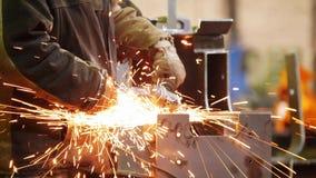 Завод конструкции Человек используя шлифовальный станок Молоть сторона детали Огонь сверкнает акции видеоматериалы