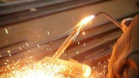 Завод конструкции Человек на его рабочем месте используя газовую горелку Топление вверх сторона детали сток-видео
