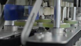Завод машинных масел, автоматическая машина закрывает крышки на серых пластиковых бутылках на линии транспортера акции видеоматериалы