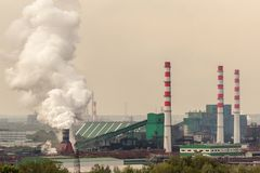 Завод по обработке угля приводится в действие дальше речной берег Дым от стоковые фотографии rf